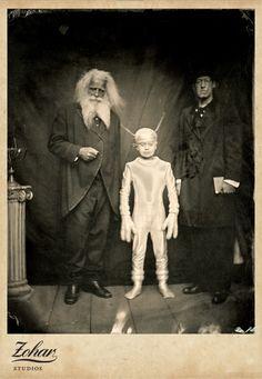 bizarre black and white Vintage Bizarre, Creepy Vintage, Vintage Halloween, Funny Vintage, Vintage Horror, Les Aliens, Aliens And Ufos, Ancient Aliens, Images Terrifiantes