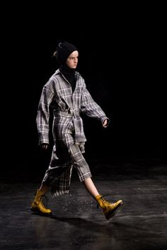 Y's Fall 2019 Ready-to-Wear Fashion Show Collection: See the complete Y's Fall 2019 Ready-to-Wear collection. Look 15 Vogue Paris, Dr. Martens, Runway Fashion, Womens Fashion, Fashion Trends, Vogue Fashion, Japanese Fashion Designers, Yohji Yamamoto, Fashion Show Collection
