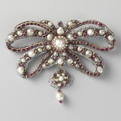 The shape of this brooch is known from a design that the jeweller to the French king Louis XIV made in 1663. It is a bow-knot in gold, which is enamelled and set with precious stones. Double bows were worn by the wealthiest of women. Amalia of Solms, the Dutch Stadtholder Frederick Henry's consort, sports a brooch of this type in several portraits.  Bow brooch, Anonymous, c. 1650 - c. 1675  #fashionfriday #jewelry #Rijksmuseum #Amsterdam