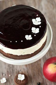 Nam, tämä mustaherukkaisen päällisen ja pehmeän mascarponetäytteen sisältävä kakku on aivan äärettömän hyvää! Voisin sanoa, että se on (liki) täydellinen. Täydellisyys on tässä kakussa niin lähellä, että tuntuu pahalta sanoa, ettei se kuitenkaan ole sellainen. Ja ainut vika, mikä vei pisteet tältä 9,5 arvoiselta kakulta, on tuo pohja. Käytin pohjaan tummia täytekeksejä, jotka veivät aavistuksen …