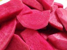 מתכון לפת חמוץ (מח`ללה), לפת בחומץ ומלח בצבע אדום-סגול נפלא שהוא מקבל משילוב סלק - חמוצים עיראקיים במיטבם
