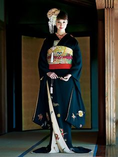 Sophisticated Bridal Hiki-Furisode in Black Japanese Outfits, Japanese Fashion, Asian Fashion, Yukata Kimono, Kimono Dress, Traditional Kimono, Traditional Dresses, Traditional Japanese, Japanese Costume