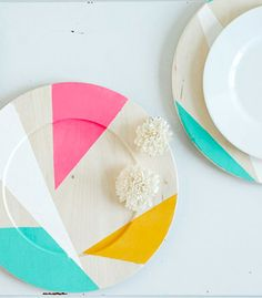 DIY   Assiettes Custo  http://confettipop.com/projects/color-blocked-chargers/