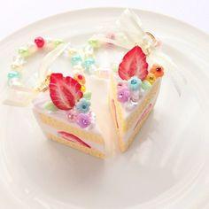 小さめのショートケーキのバッグチャームです。小さくてもしっかりと存在感が出るようにイチゴをわざと大き目に作りトッピングしました。イチゴの周りにカラフルな小さい花も合わせてトッピングしたことでイチゴの存在感に華やかさをプラスすることができました!カラフルなチェーンはショートケーキに散らしたお花をイメージして作ったのでショートケーキとの相性もばっちり!!小さくても十分バッグを飾ってくれます。また小さい分軽いので使い勝手も抜群です。●カラー:ショートケーキ●サイズ:ショートケーキのサイズ縦3㎝横2.5㎝ チェーンの長さ15㎝●素材:樹脂粘土●注意事項:細かいパーツがございます。小さなお子様のいらっしゃるご家庭では誤飲にお気を付けください。気を付けて作成しておりますが、ひとつ、ひとつ手作りの為、パーツによっては指紋等残ってしまう場合がございます。ご理解いただけますようお願いいたします。●作家名:Premier#ゆめかわいい #ファンシー #キラキラ #メルヘン #ロリータ #ファンタジー #アクセサリー #甘ロリガール #可愛い #フェイクスイーツ #スイーツデコ #お菓子…