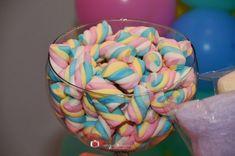 Festa Unicórnio, arco-íris e nuvens