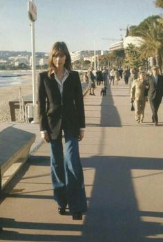 Françoise Hardy was a fashion icon in the and yet her style couldn't feel more modern. See and shop her best looks here. 70s Fashion, French Fashion, Denim Fashion, Timeless Fashion, Spring Fashion, Girl Fashion, Vintage Fashion, Fashion Hacks, Classy Fashion