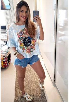 Look com t-shirt e short jeans. Casual T Shirts, Casual Outfits, Fashion Outfits, Fashion Edgy, Fashion Hats, Edgy Style, Feminine Style, Jean Moda, Estilo Hipster