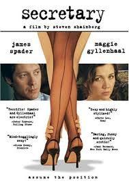 Lee Holloway (Maggie Gyllenhaal) tiene el peor de los currículum cuando decide solicitar un empleo de secretaria en el bufete de abogados de E. Edward G ...