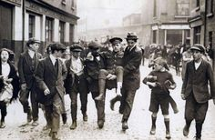 Solidarity: a wounded British soldier is being carried through Belfast, 1919 Ireland 1916, Belfast Ireland, Old Pictures, Old Photos, Vintage Photos, Irish Independence, Nostalgia, Temple Bar, Michael Collins