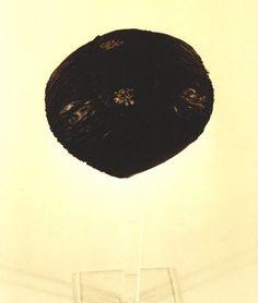 Trachtenhaube, schwarz, für Trauer (?). Schiffchenform aus schwarzem, weingemustertem Seidenstoff, besetzt mit breiter schwarzer Rüsche aus glänzendem schwarzen Kattun. Leinenfutter. Die Haube stammt aus Jarplundfeld. #Jarplund