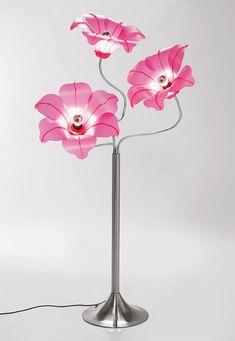 Los pétalos, en blanco o rosa, que rodean la bombilla crean una forma de flor. http://www.bonitadecoracion.com/2012/09/originales-lamparas-con-forma-de-flor.html