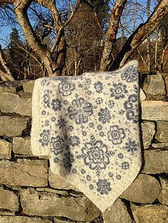 Ravelry: Vognteppet Nordiske roser pattern by Pinneguri SO dang pretty. but I'm not brave enough yet. Knitted Cushion Covers, Knitted Cushions, Knitted Afghans, Knitted Blankets, Fair Isle Knitting Patterns, Knitting Stitches, Baby Knitting, Crochet Patterns, Manta Crochet
