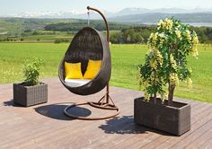 Fauteuil suspendu en rack en dehors de style patio en rotin tressé oreiller jaune