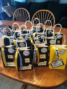 Volleyball Treat Bags for voleyball teams. Cute easy and fun! Volleyball Snacks, Volleyball Locker Decorations, Volleyball Crafts, Volleyball Team Gifts, Volleyball Tournaments, Soccer Gifts, Coaching Volleyball, Sports Gifts, Volleyball Ideas