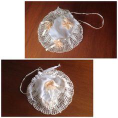 Bolso de novia,confeccionado a mano con puntillas centenarias de las bisabuelas de la novia, hecho con incrustaciones de tres perlas en cada lazo de tul antiguo.