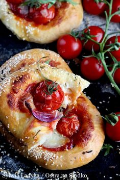 POMIDOROWE FOCACCIE Z SALAMI I MOZZARELLĄ Appetizer Recipes, Snack Recipes, Appetizers, Snacks, Mozzarella, Camembert Cheese, Salads, Food And Drink, Pizza