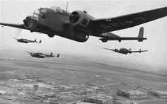 Hampden in flight, Handley Page Hampden was a British twin-engine medium bomber of the Royal Air Force serving in the Second World War. A total of Hampdens were built Nagasaki, Hiroshima, Aircraft Photos, Ww2 Aircraft, Military Aircraft, Fukushima, Air Force Bomber, Vietnam, Aviation Image