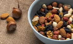 Vista lateral de la mezcla de nueces y f... | Free Photo #Freepik #freephoto Bamboo, Beans, Vegetables, Free, Glass Vase, Muesli Bars, Pecans, Almonds, Granola Bars