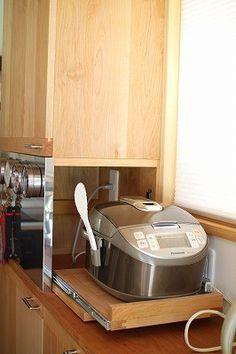 炊飯器は前にではなく横に出てくるしくみ。 断熱材には力をいれた家の中では、一年中居心地の良い生活ができます。そして、そこには居心地の良い木製のキッチンを作りました。