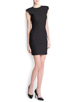 Kristal taş süslemeli vatkalı omuzlu, yuvarlak yakalı, sırt kısmı boyunca fermuarlı, dar kesim kolsuz elbise.  #elbise #mango #abiye #kısaelbise #geceelbisesi #abiyeelbise #yaz #koleksiyon #kısaelbise #uzunelbise #siyahelbise #beyazelbise #straplezelbise #yazlıkelbise