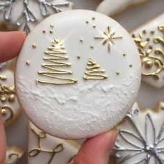 Gold and white Christmas biscuits Easy Christmas Cookie Recipes, Christmas Sugar Cookies, Christmas Sweets, Noel Christmas, Holiday Cookies, Christmas Cooking, Simple Christmas, Decorated Christmas Cookies, Summer Cookies