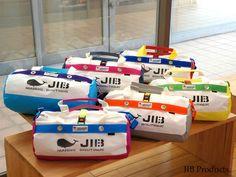 JIBダッフルバッグ秋冬model。本体のボディカラーが7色に対して、テープなどのアレンジが2カラーパターンずつ、TL14パターンのカラーバリエを3サイズで展開。この他、人気のオールブラウンやオールブラックに加え、ディープパープルなどの限定色もリリース予定にしている。JIBのパテント(特許)商品です。