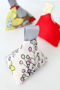 TRIANGLE FABRIC WEIGHTS SEWING TUTORIAL - Make your own weights for sewing with this 10 minutes fabric weights tutorial. Perfect for skipping pins when tracing your patterns but cute enough to use as home decor!