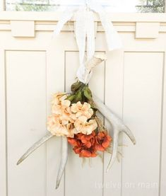 30 DIY Fall Wreaths We've Been Dreaming About / Non-Traditional Antler Wreath Diy Fall Wreath, Fall Diy, Fall Wreaths, Wreath Ideas, Door Wreaths, Antler Wreath, Fall Door Decorations, Rustic Fall Decor, Fall Crafts