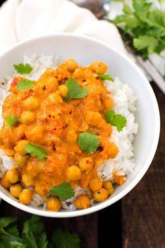 Kichererbsen-Curry mit Kokosmilch. Dieses 30-Minuten Rezept ist schnell, einfach und unglaublich cremig - Kochkarussell.com