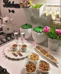 Breakfast Presentation, Food Presentation, Turkish Breakfast, Dining Etiquette, Turkish Kitchen, Food Decoration, Breakfast Lunch Dinner, Cafe Food, Deco Table