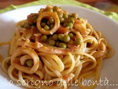 pasta con calamari e piselli - calamari freschi, piselli e polpa di pomodoro insieme per un sugo che fa di un semplice piatto di pasta il protagonista del nostro pranzo.