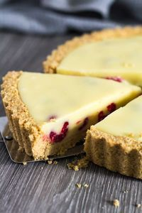 White Chocolate Raspberry Tart - A deliciously rich and creamy no-bake white chocolate tart recipe that is stuffed full of fresh raspberries, and has a sweet digestive biscuit crust! dinner for a crowd White Chocolate Raspberry Tart No Bake Summer Desserts, 13 Desserts, Desserts For A Crowd, Delicious Desserts, Plated Desserts, Dinner Party Desserts, Summer Treats, Chocolate And Raspberry Tart, Raspberry Tarts