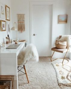 ▷ 1001 + modèles inspirantes de la chambre blanche et beige bedroom decor in chic bohemian style with cocooning accessories, home office layout in white [. Study Room Decor, Room Ideas Bedroom, Small Room Bedroom, Small Rooms, Apartment Bedroom Decor, Bedroom Stuff, Bedroom Themes, Bedroom Inspo, Dorm Room