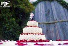 Torta a tre piani a cestino con petali di rose rosse e fragoline di bosco
