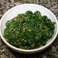 Diesen Spinat-Sesam-Salat kann man sehr gut zu Sushi essen. Oder zu anderen japanischen Gerichten, aber auch als Snack zwischendurch ist er sehr geeignet.