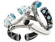 Yanes Young - brazaletes de plata con topacios azules, cuarzo fumé y esmalte negro y blanco.