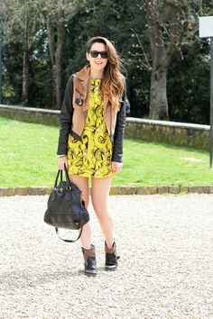 #fashion #fashionista Irene senza calze | giacca camoscio | maniche pelle | vestito giallo |occhiali da sole spektre | borsa prada | outfit | fashion blogger | irene colzi |