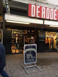 Tot 40% korting en 2 broeken voor €139,00. Wie wil dat nou niet! Goede reclame om buiten voor de winkel te zetten.