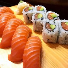 Salmon sushi rolls and salmon nigiri sushi Sushi Recipes, Seafood Recipes, Asian Recipes, Nigiri Sushi, Sashimi, Sushi Sushi, Dessert Sushi, Food Porn, Oyster Recipes