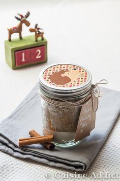 Mix pour Crumble Express - Diy Gift For Girlfriend Ideen Mason Jar Meals, Meals In A Jar, Sos Recipe, Diy Cadeau Noel, Mason Jar Projects, Dessert In A Jar, Jar Gifts, Cookie Jars, Gifts For Girls