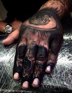 oko nad czaszką - tatuaże na dłoni