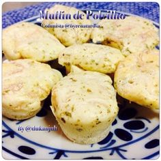 byrenatarosa's photo:  A receita tem textura de pão de queijo e sabor de muffin. O blanquette poderá ser substituído por presunto ou atum drenado. Não aconselho acrescentar queijo, salvo a essência, porque pesa na massa. Muffin de Polvilho  1 ovo; 100g Iogurte; 3 colheres (sopa) leite; 1 xícara de polvilho azedo; 1 colher (sobremesa) fermento químico; 50 gramas blanquette peru; Orégano e Sal a gosto  Bater todos os ingredientes da massa. Acrescentar o fermento. Mexer e em seguida adicionar o…