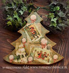Рождество висит на двери в форме елки