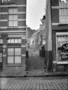 1930 Nonnenstraat, in het midden de Keumegas richting Pepergas, rechts de groenten en vishandel van Anton en Naatje Kampschreur de grootouders van mijn vrouw.