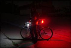 LUZES DE BICICLETA - ORFOS FLARE BIKE LIGHTS  O Orfos Flare Light é um sistema de iluminação desenvolvido para bicicletas que viajam muito, foi desenvolvida em Seattle que, devido ao mau tempo habitual na cidade, por vezes, não deixa o ciclistas muito seguro o suficiente para andar a noite ou dias chuvosos.