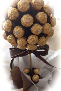 Topiario Ferrero Rocher! Delicioso regalo o centro de mesa en fiestas Sweet Trees, In Law Gifts, Edible Arrangements, Chocolate Bouquet, Best Candy, Candy Bouquet, Gold Party, How To Make Chocolate, Perfect Party