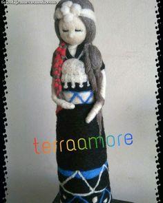 Estupendo Muñeco polar mujer mapuche  #mapuche #mujer #polar Felt Dolls, Needle Felting, Mermaid, Fairy, Veronica, Aurora, Design, Feltro, Fabrics