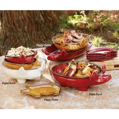 Pig plates and platters Farm Kitchen Decor, Rustic Kitchen, Design Websites, Napa Style, Strawberry Kitchen, Pig Crafts, This Little Piggy, Plates, Dining