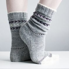 Ravelry: Snowy Toes pattern by Trin Annelie Knitting Socks, Knitting Stitches, Hand Knitting, Knitting Patterns, Knit Socks, Knitted Headband, Knitted Hats, Head Sock, Fingerless Mitts