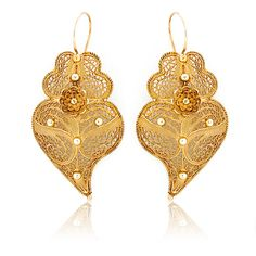 Example of heart-shaped arrecadas. Arrecadas are known of a few dominant shapes, mainly in gold (silver became popular only later, in a touristic fashion), of which the most beautiful in craft and better known are the Brincos à Rainha, the queen-style earrings.